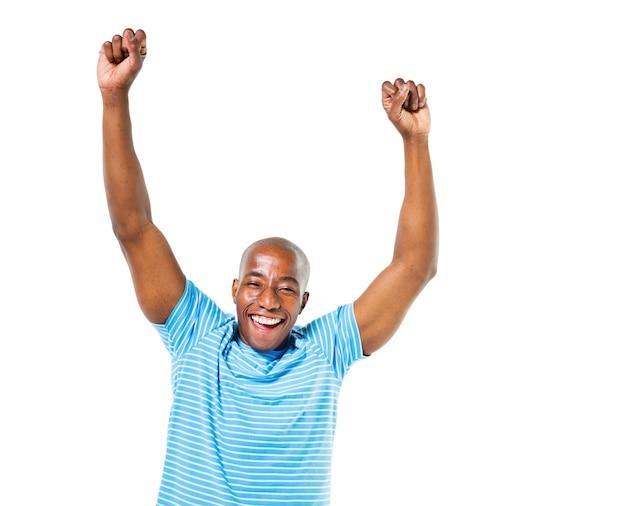 Homem africano casual alegre comemorando Foto gratuita