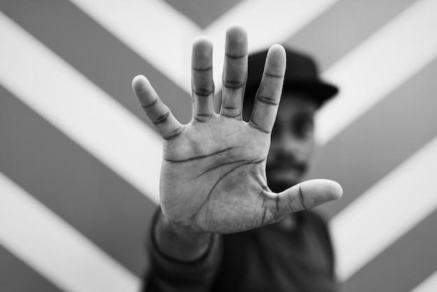 Homem africano, fazendo uma conversa, para, a, pose mão Foto gratuita