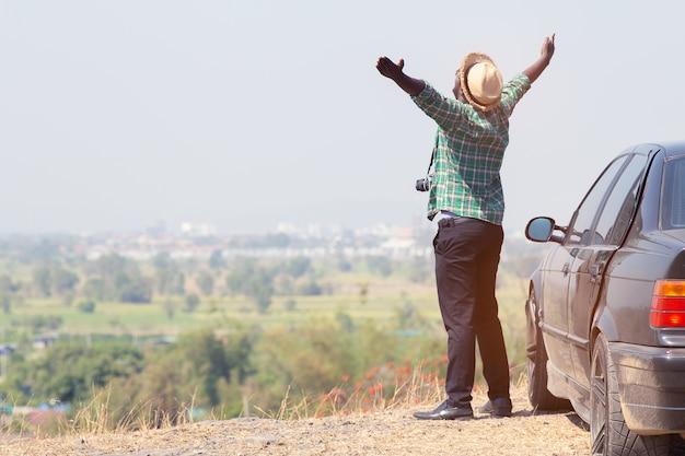 Homem africano, ficar, cima, penhasco rocha, com, car Foto Premium