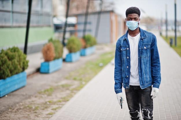 Homem africano no parque usando máscaras médicas protege contra infecções e doenças quarentena de vírus de coronavírus. Foto Premium