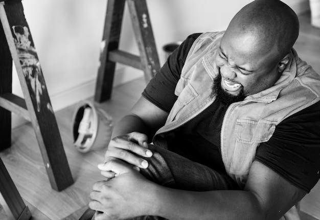 Homem africano, tendo, um, dor perna Foto gratuita