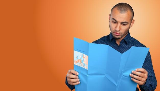Homem afro-americano com um mapa Foto Premium