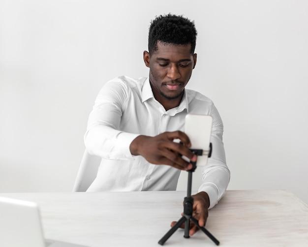 Homem afro-americano de negócios pronto para uma videochamada Foto gratuita