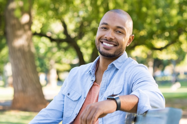 Homem afro-americano feliz Foto Premium