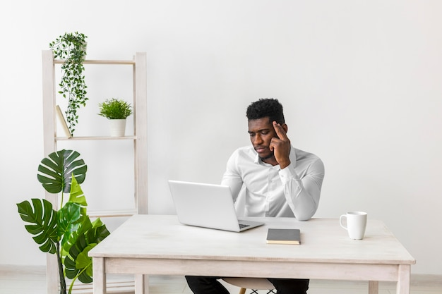 Homem afro-americano pensando Foto gratuita