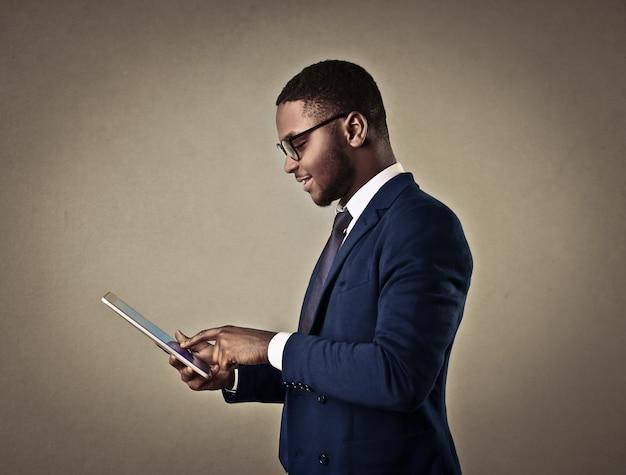 Homem afro elegante usando um tablet Foto Premium