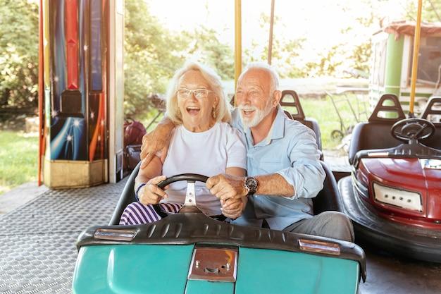 Homem ajudando a mulher a dirigir um carro Foto gratuita