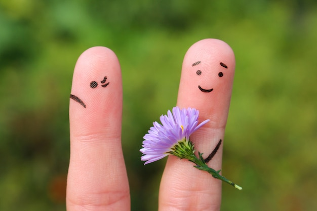 Homem alegre dá mulher buquê de flores, ela não está satisfeita. Foto Premium