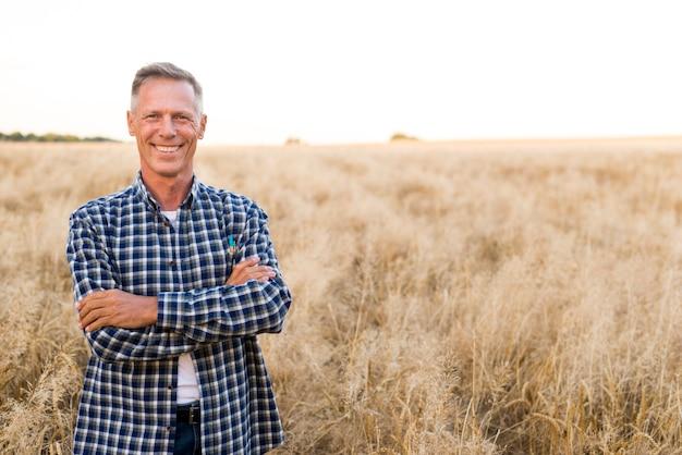 Homem alegre de vista do meio posando para a câmera Foto gratuita