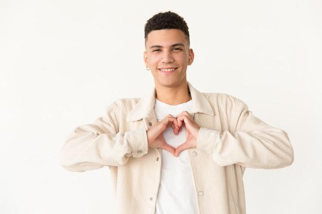 Homem alegre, mostrando o símbolo do coração de mão Foto gratuita