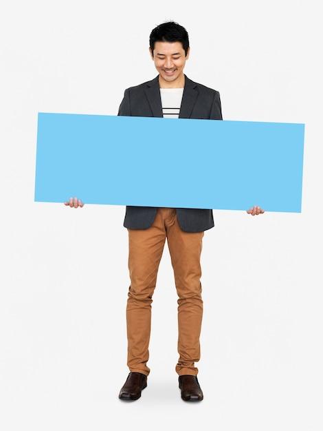 Homem alegre, mostrando uma bandeira azul em branco Foto gratuita