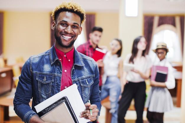 Homem alegre na sala de aula posando na câmera Foto gratuita