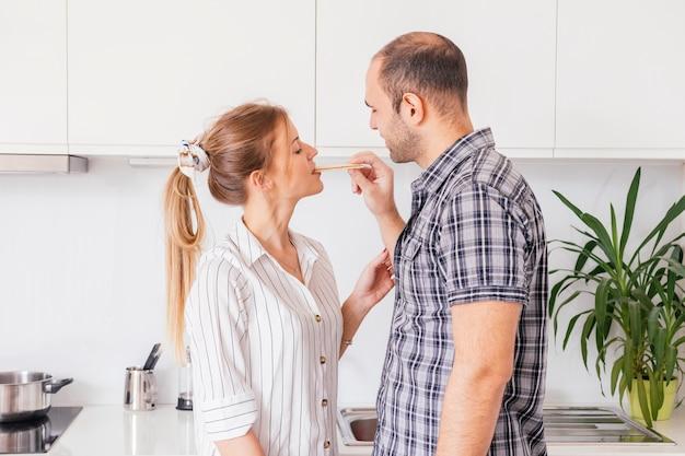 Homem, alimentação, graham, biscoito, para, seu, namorada, cozinha Foto gratuita