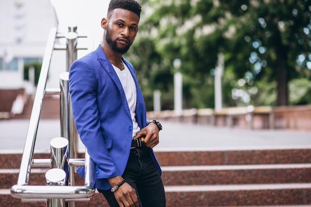 Homem americano africano, em, casaco azul Foto gratuita