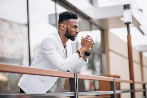 Homem americano africano, em, jaqueta branca Foto gratuita