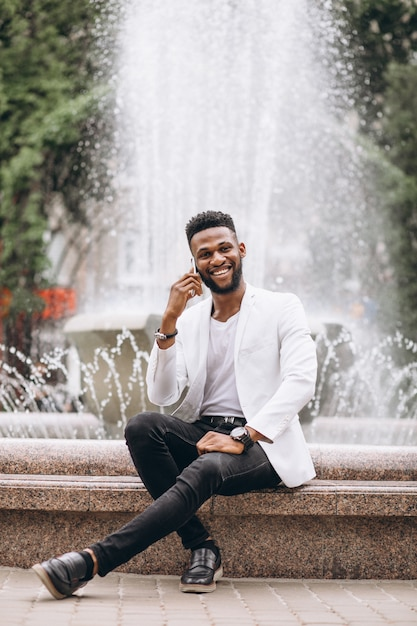 Homem americano africano, usando, telefone Foto gratuita