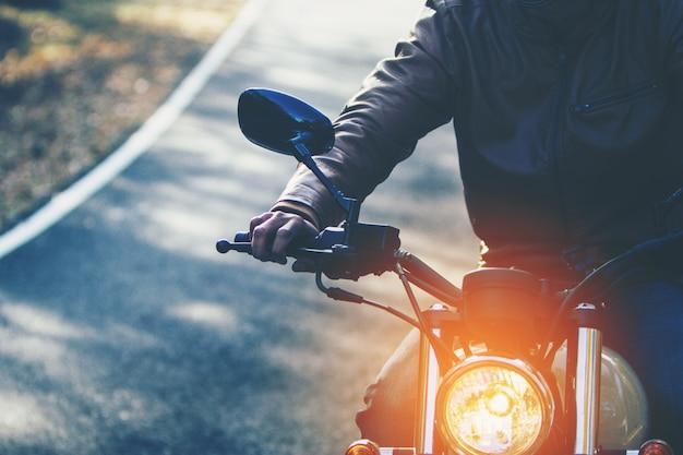 Homem andando de moto em uma estrada no estilo de vida liberdade no tempo de férias Foto Premium