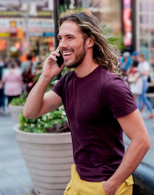 Homem andando, falando por telefone Foto gratuita