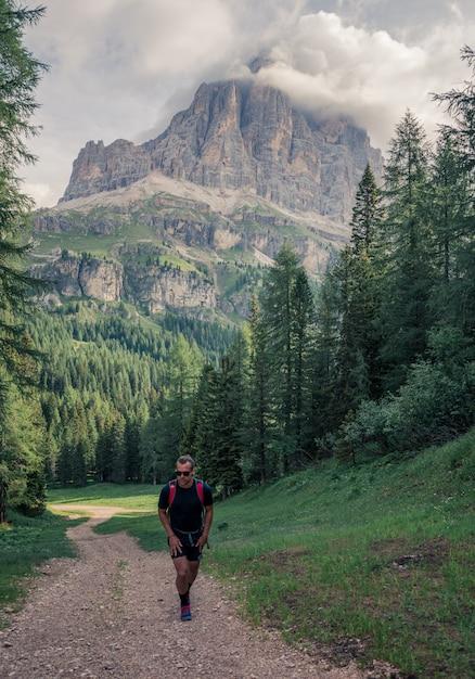 Homem andando na trilha de terra Foto gratuita