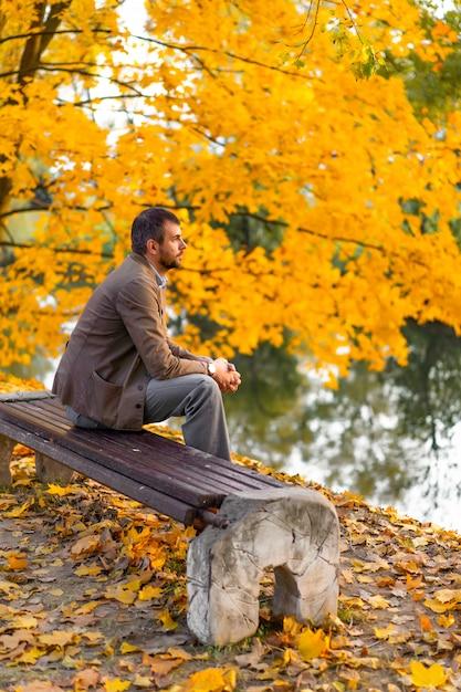 Homem andando no parque outono Foto gratuita