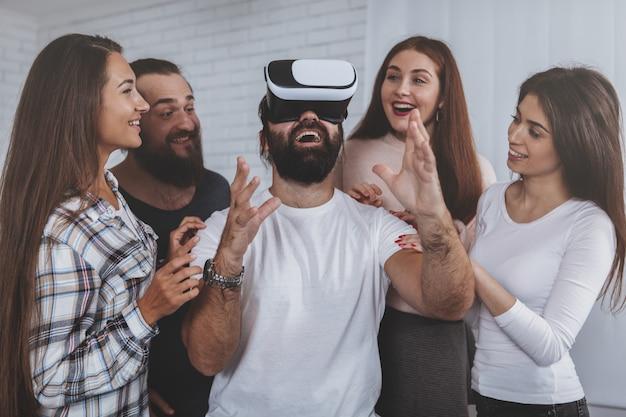 Homem animado usando óculos de realidade virtual Foto Premium