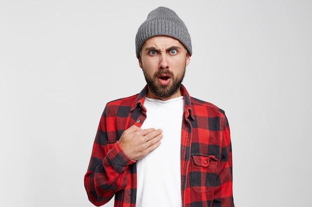 Homem ansioso, surpreso e zangado apontando o dedo para si mesmo Foto gratuita