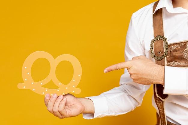 Homem, apontar, pretzel, réplica Foto gratuita
