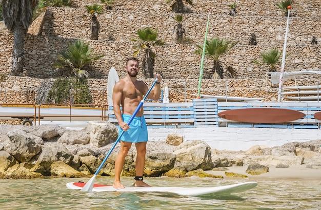 Homem, aprende, remo, embarque, em, água Foto Premium