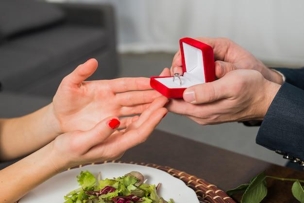 Homem, apresentando, caixa presente, para, mulher, tabela Foto gratuita