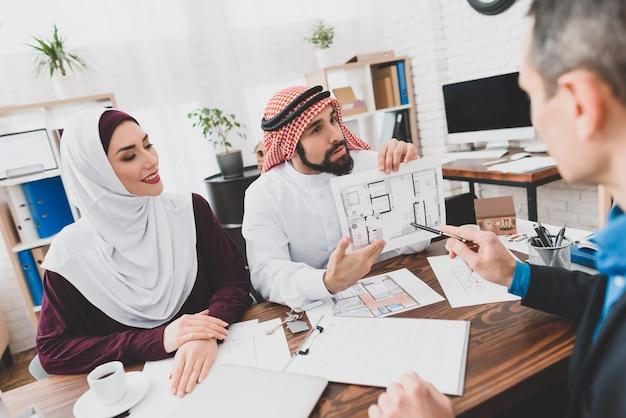 Homem árabe foi escolhido layout de design de interiores Foto Premium