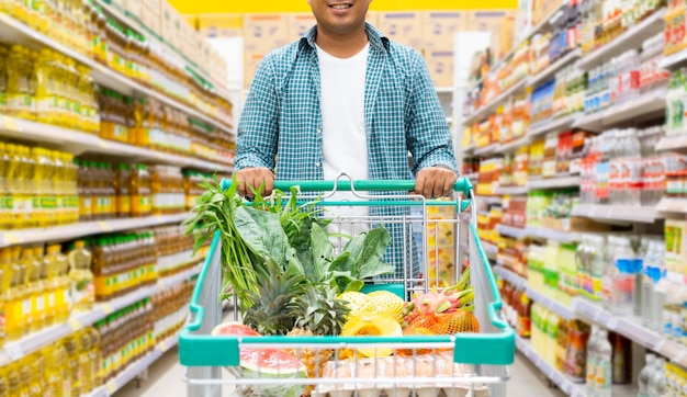 Homem às compras em um supermercado, conceito de compras Foto Premium