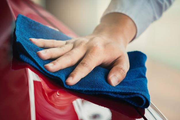 Homem asiática inspeção e limpeza de equipamentos Foto Premium