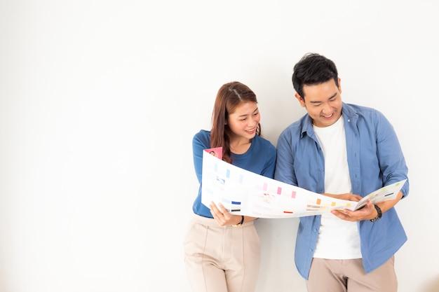 Homem asiático ad mulher design e pensando para decorar a casa Foto Premium