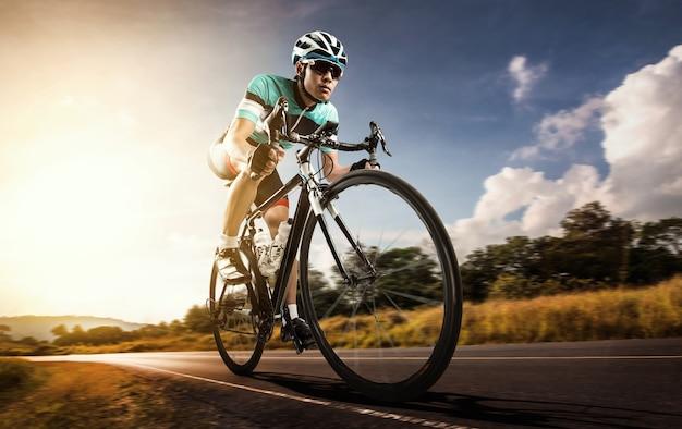 Homem asiático ciclismo bicicleta de estrada pela manhã Foto Premium