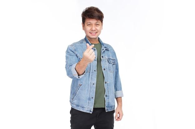 Homem asiático com pele autêntica e grande sorriso no rosto Foto Premium