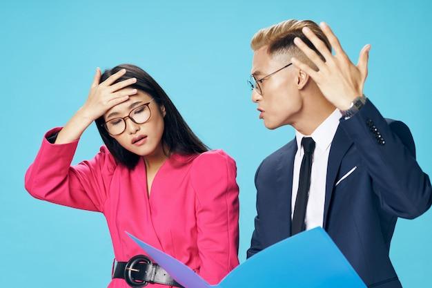 Homem asiático de negócios e mulher olhando documentos corporativos Foto Premium