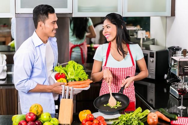 Homem asiático e mulher cozinhando juntos Foto Premium