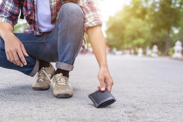 Homem asiático, escolher, carteira preta, estrada, em, atração turística Foto Premium