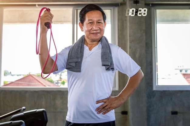 Homem asiático sênior sorrindo na boa vida sportswear. Foto Premium