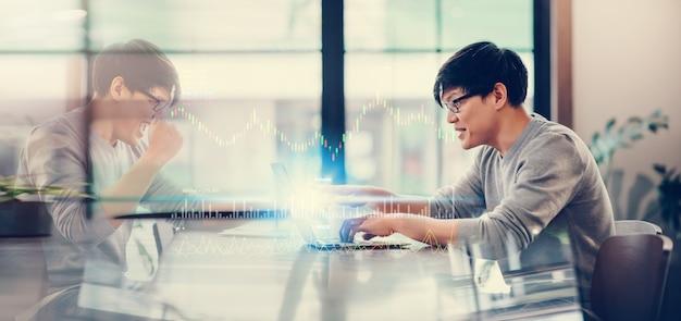 Homem asiático usando computador portátil conectar-se à internet de alta velocidade 5g tecnologia de conexão sem fio Foto Premium