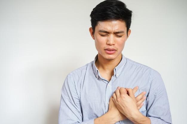 Homem asiático usando mãos massagem no peito após sentir dor, ataque cardíaco Foto Premium
