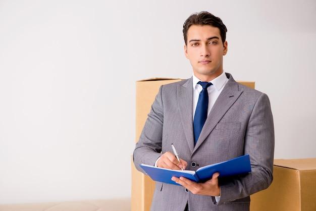 Homem, assinando, para, a, entrega, de, caixas Foto Premium