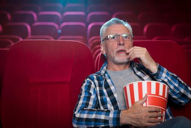 Homem assistindo filme no cinema Foto gratuita