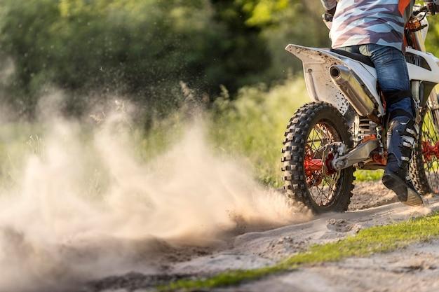 Homem ativo, desfrutando de passeio de moto na natureza Foto Premium