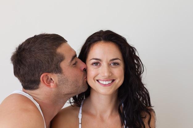 Homem atraente beijando sua namorada sorridente Foto Premium