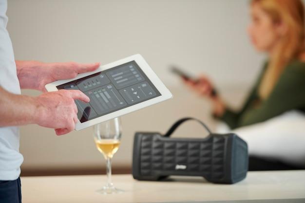 Homem aumentando o volume do alto-falante Foto Premium