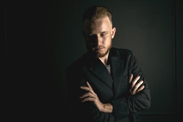 Homem barbudo jovem moda Foto Premium