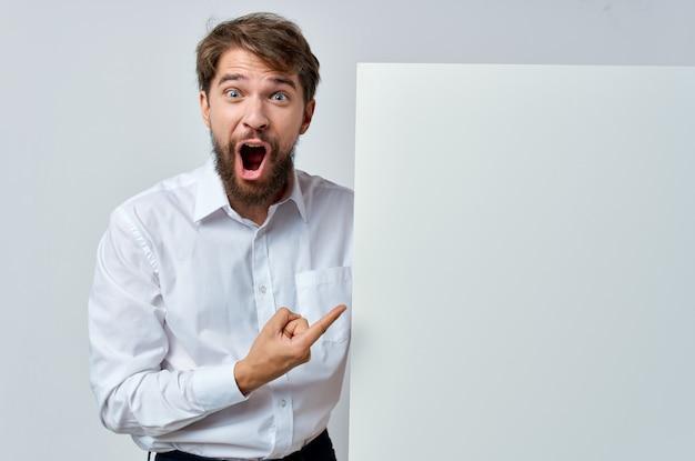 Homem barbudo na maquete de camisa branca branca copy space advertising. Foto Premium