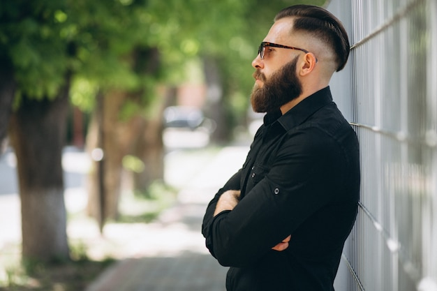 Homem barbudo no parque Foto gratuita