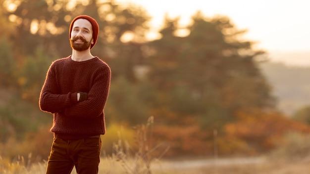 Homem barbudo posando com espaço de cópia Foto gratuita